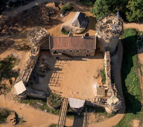 Un chateau fort se construit depuis plus de 20 ans en Bourgogne