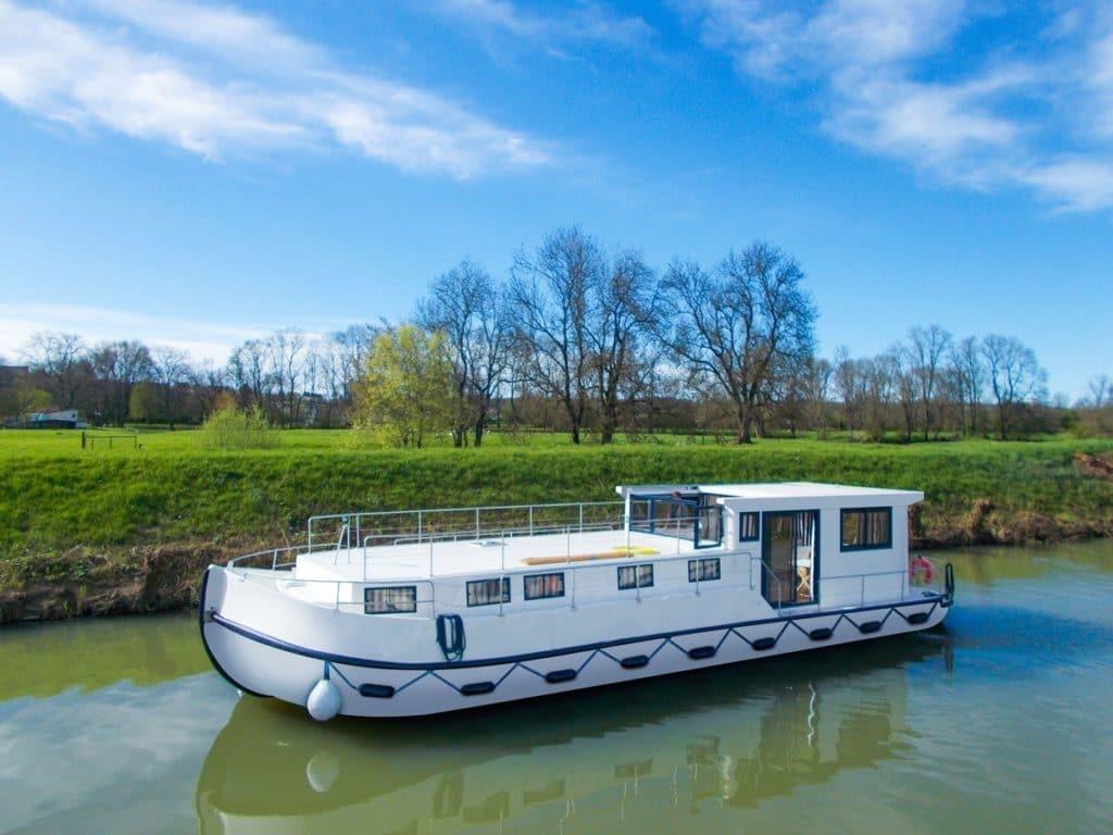 La péniche vogue à l'électricité sur les canaux de la Marne au Rhin