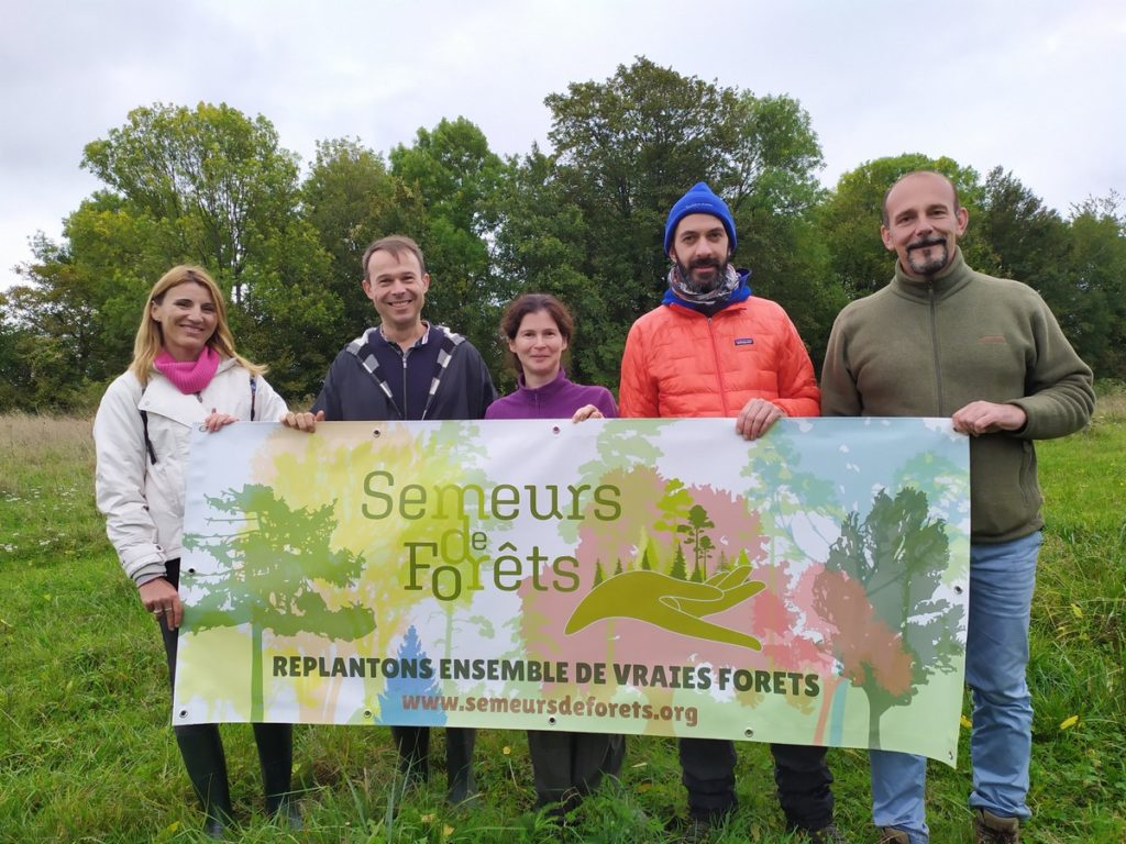 L'association Semeurs de forêts, créée en 2019 à Enghien-les-Bains (Vald'Oise) acquière des terrains inexploités pour y planter des forêts perpétuelles de 20 à 40 essences adaptées aux territoires.