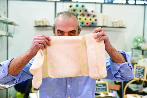Franck Revol confectionne un essuie-tout lavable et réutilisable
