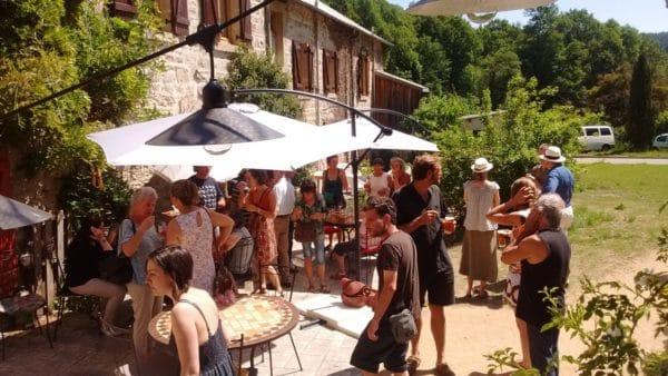 Élus et habitants, une trentaine de bénévoles, rouvrent l'auberge du village creusois en juin 2015. Succès immédiat avec 38 repas servis chaque jour !