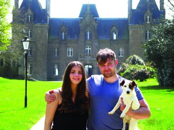 Gwendoline et Billy ont tout quitté pour s'installer au château de la Basmaignée en Mayenne. Un pari fou dans une propriété à rénover complètement.