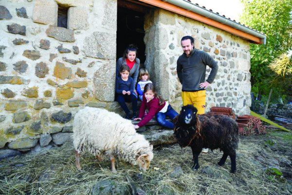 Carol Escallier et Matthieu Gimenez et leur famille vivent en presque autonomie