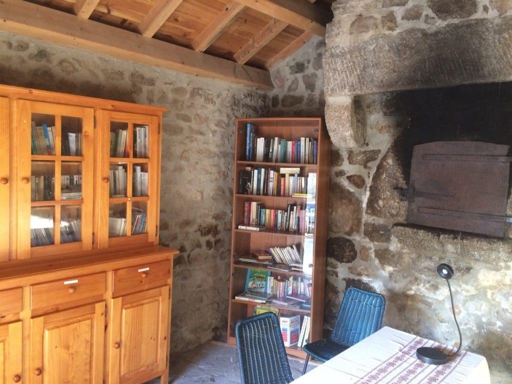 Une habitante de la campagne lozérienne a transformé un ancien four banal en bibliofour, sorte de grande boîte à livres.