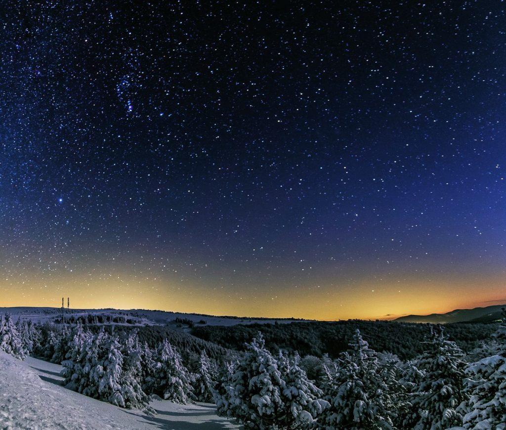Découvrir une région par son ciel nocturne. C'est ce que propose cet ouvrage collectif, à travers de superbes photos du Parc national des Cévennes.