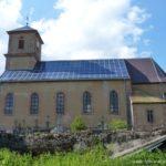 Une église coiffée de panneaux solaires