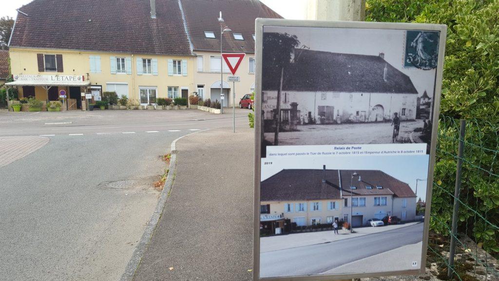 Chaque panneau montre la vue située devant lui, en deux photos : une première issue de cartes postales anciennes dénichées par la population, mobilisée durant deux ans sur l'opération, et une seconde, actuelle, prise du même endroit.
