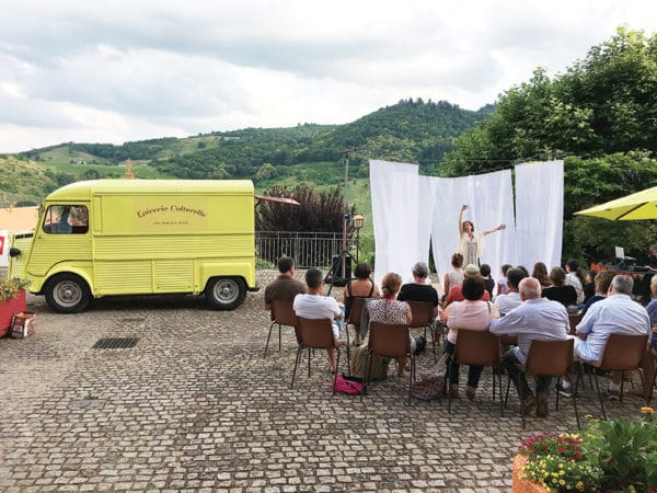 Depuis 2015, sa petite camionnette jaune et rouge fait découvrir les arts à tous ceux qui en sont éloignés : villages isolés, écoles, Ephad, public handicapé…