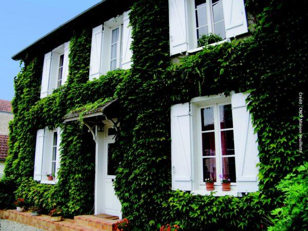 La maison Feuillette, bâtie en 1920 à Montargis (Loiret), est la plus ancienne construction européenne composée d'une ossature bois avec remplissage en paille.
