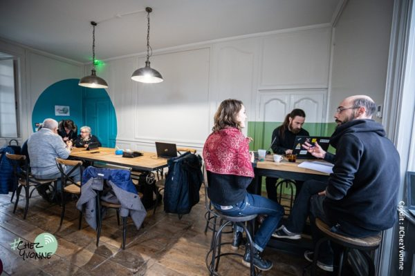 En mai 2020, l'association Chez Yvonne prend place dans un espace de 90 m² aménagé au rez-de-chaussée de la mairie de Moncontour (22).