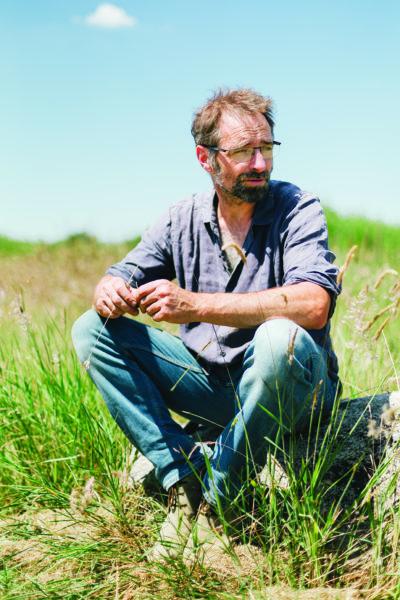 Le paysagiste Eric Lenoir, auteur du Petit traité du jardin punk, dans son jardin expérimental à Volgré (Yonne).