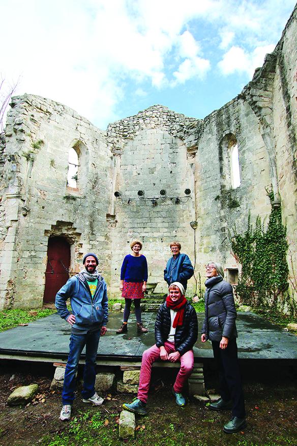 Dans le Luberon, Montjustin vit depuis dix ans une nouvelle révolution. Des jeunes ont ouvert un café associatif et une brasserie artisanale avant d'emporter la mairie en 2020.