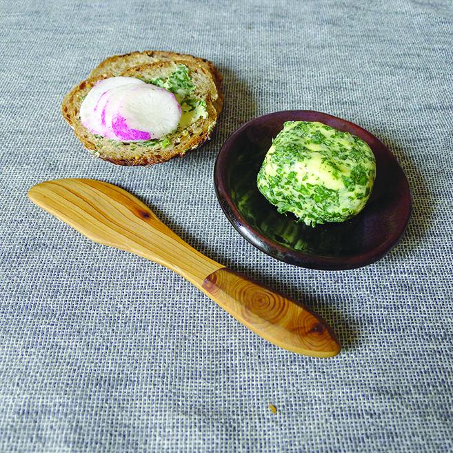Avec son délicat parfum d'ail, l'alliaire officinal fait partie des basiques de la cuisine sauvage. Ici, le beurre d'alliaire.