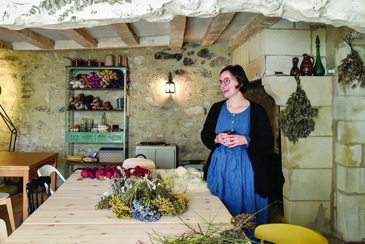 Doriane Chagot a créé un atelier de teinture végétale et deux jolies chambres d'hôtes dans un hameau de la campagne angevine.