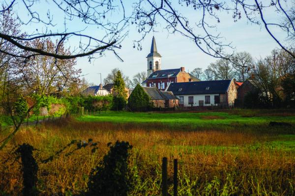 A seulement quelques kilomètres d'Amiens, Thézy-Glimont offre une plongée presque méditative dans une nature parsemée d'étangs et de marais.