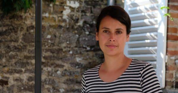Mathilde a quitté Paris et la Maison Vuitton. Dans l'Orne, elle crée des sacs en cuir, en lin et tissus récupérés.