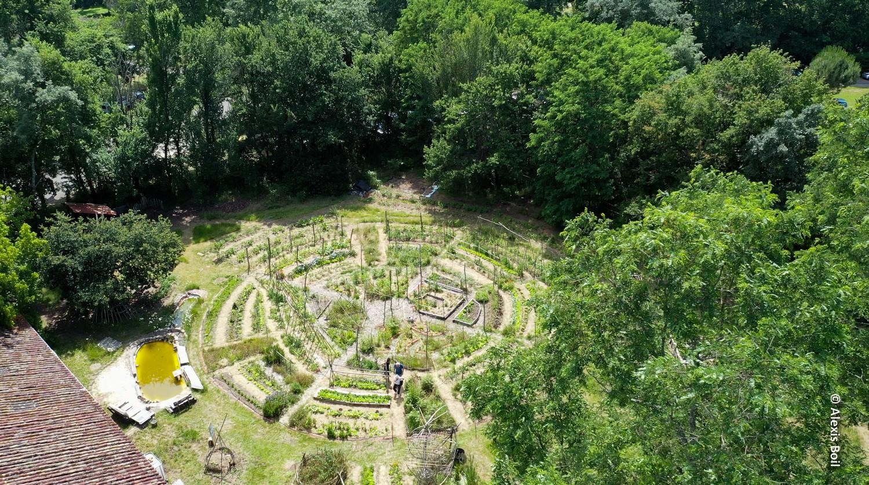 Avec des amis, Romain Jorda a transformé la maison familiale en un lieu atypique et écologique.